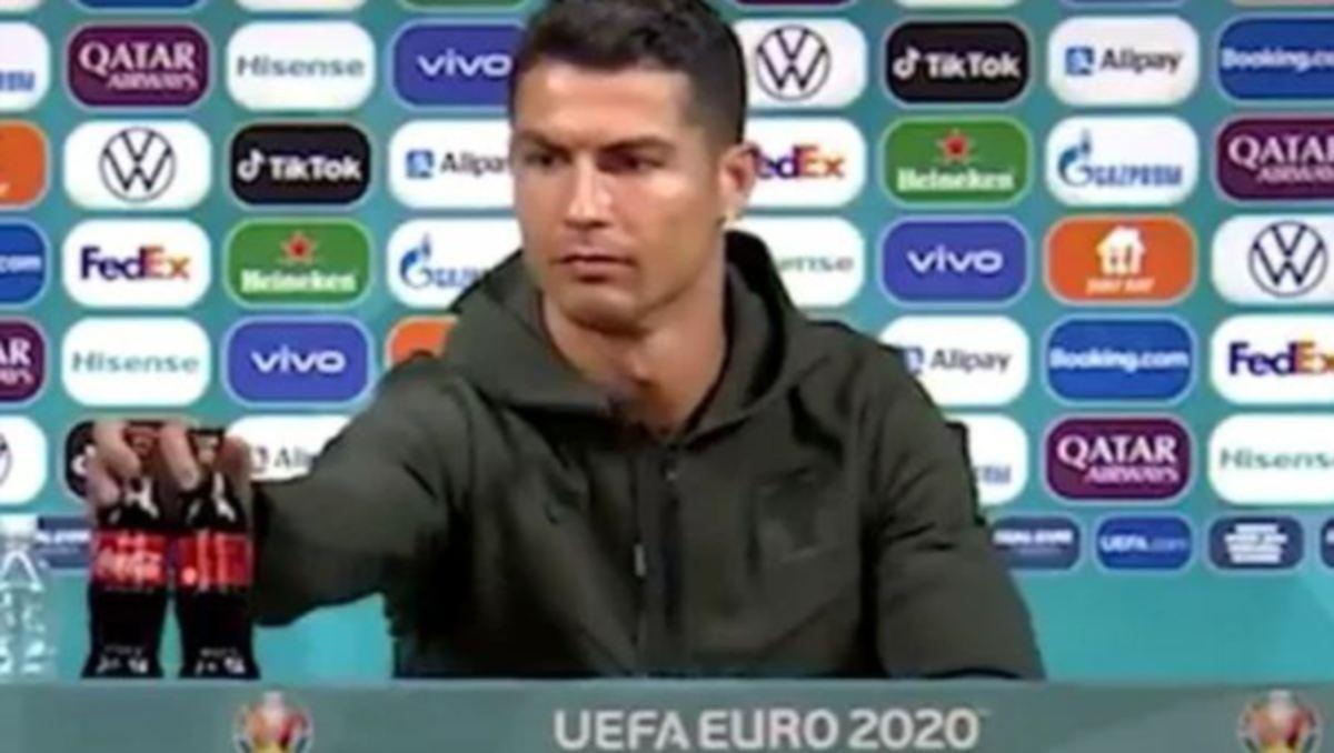 REAKSI Ronaldo ketika mengetepikan Coca-Cola di atas mejanya pada sidang media semalam. FOTO Agensi
