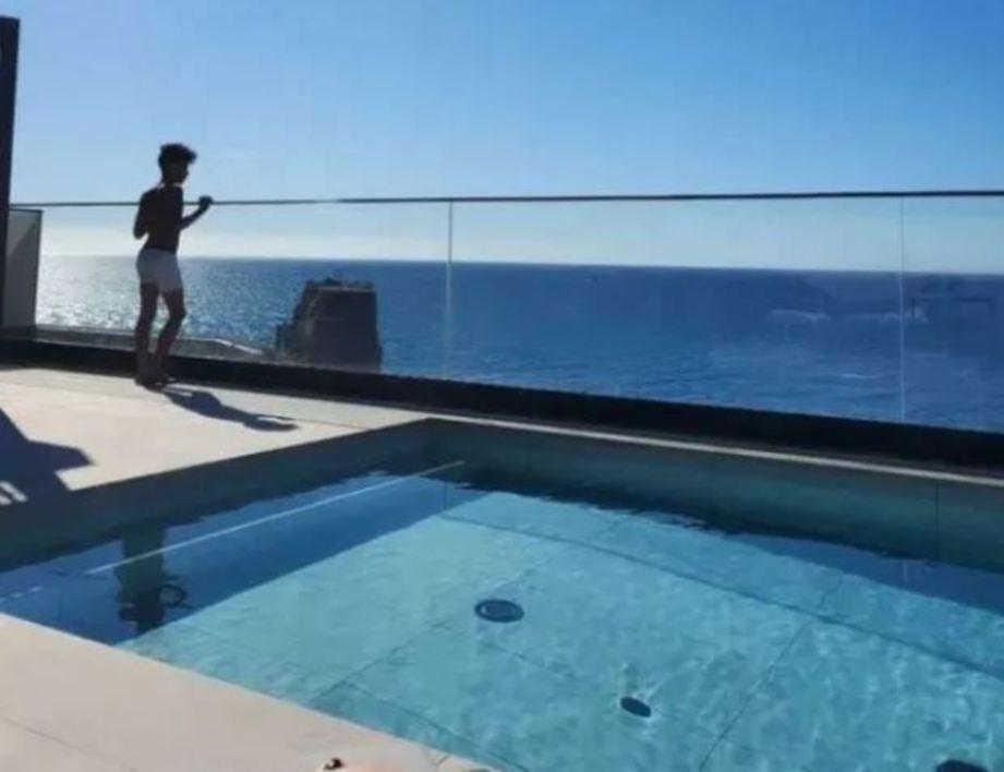 ANAK sulung Ronaldo, Cristiano Ronaldo Jr teruja memandang Lautan Atlantik. FOTO Instagram @GEORGINAGIO