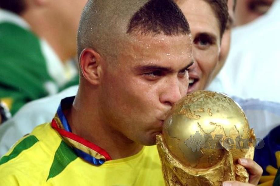 Ronaldo mencium trofi Piala Dunia 2002 dimenangi bersama Brazil. FOTO Agensi