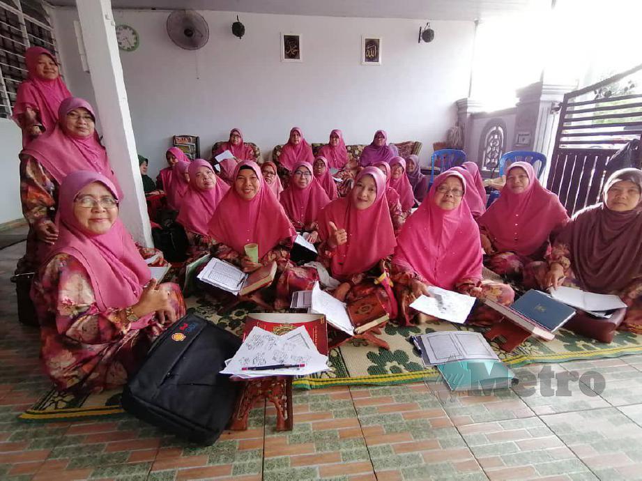 ROPIA'AH (kiri) mengajar bahasa Mandarin secara sukarela untuk berkongsi ilmu. FOTO ihsan Ropia'ah Othman