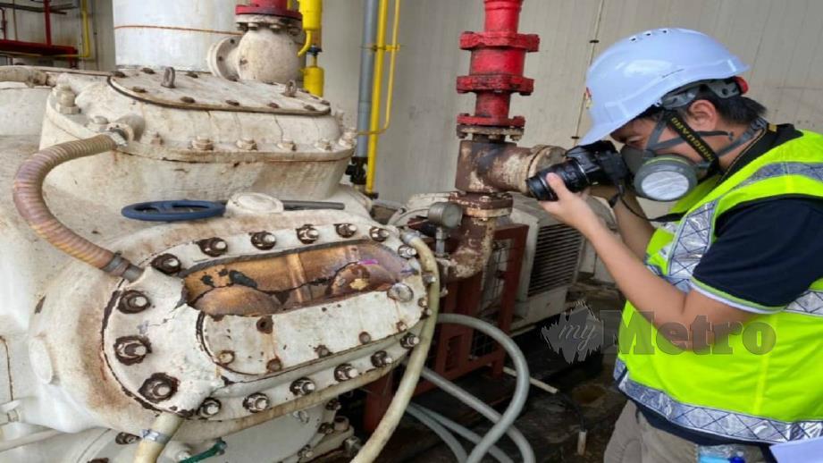 PEGAWAI penyiasat JKKP melakukan siasatan di premis memproses produk makanan berasaskan ikanyang mengalami kebocoran gas ammonia, kelmarin. FOTO Ihsan JKPP.