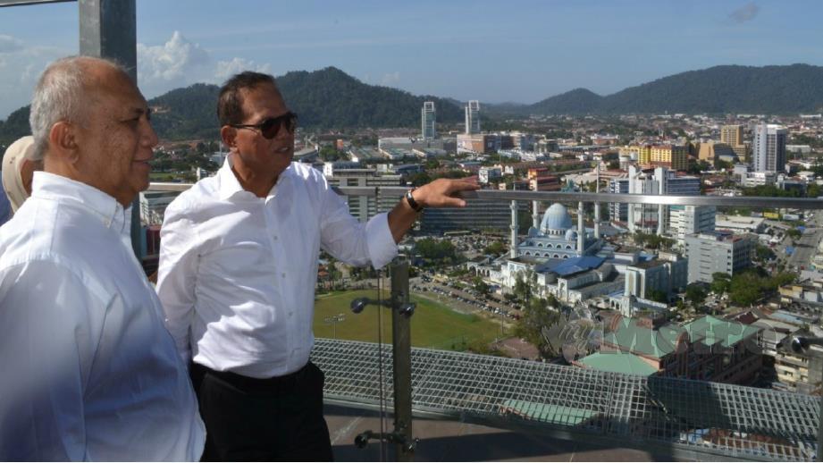 WAN Rosdy melihat pemandangan pusat bandar Kuantan dari Menara Kuantan 188. FOTO Asrol Awang.