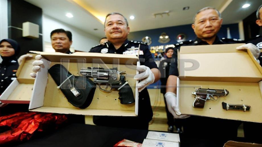 ROSLEE (tengah) bersama pegawainya menunjukkan pistol yang dirampas daripada suspek pada sidang media di Ibu Pejabat Polis Kontinjen (IPK) Pulau Pinang, Georgetown, hari ini. FOTO Ramdzan Masiam