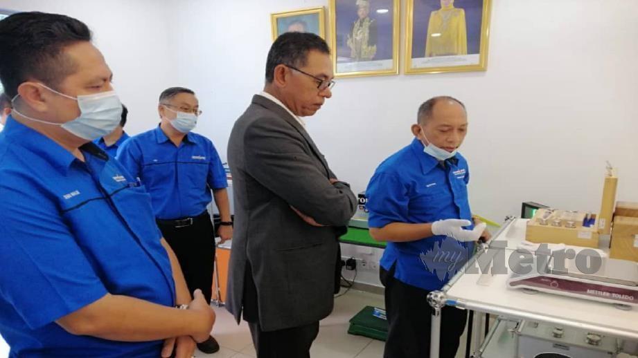 Rosol mendengar penerangan ketika mengadakan lawatan kerja MCM, Kuala Lumpur hari ini. Foto Ihsan KPDNHEP