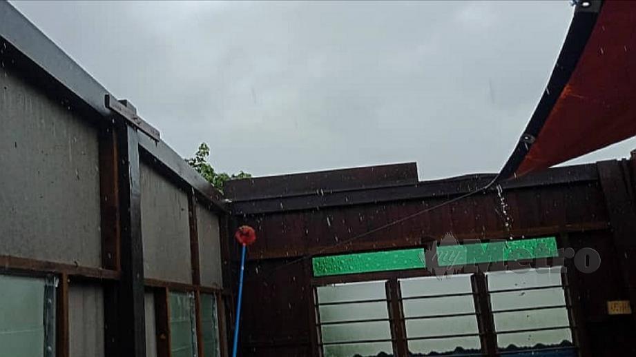 KEADAAN bumbung rumah penduduk yang rosak akibat ribut melanda di Kampung Dulang Kechil. FOTO Ihsan Pembaca
