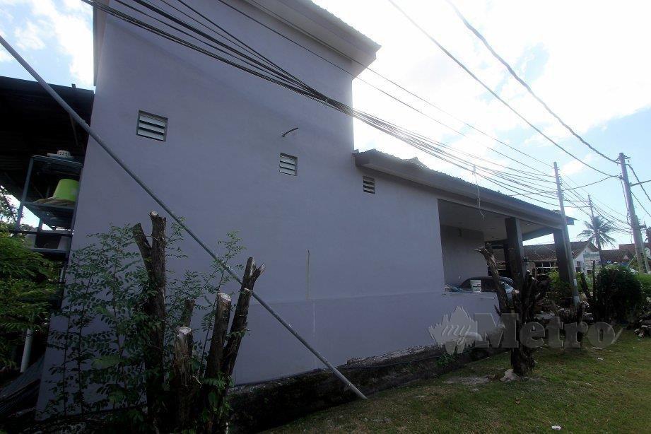 BAHAGIAN luar rumah milik Mohammad Hanif. FOTO Bernama