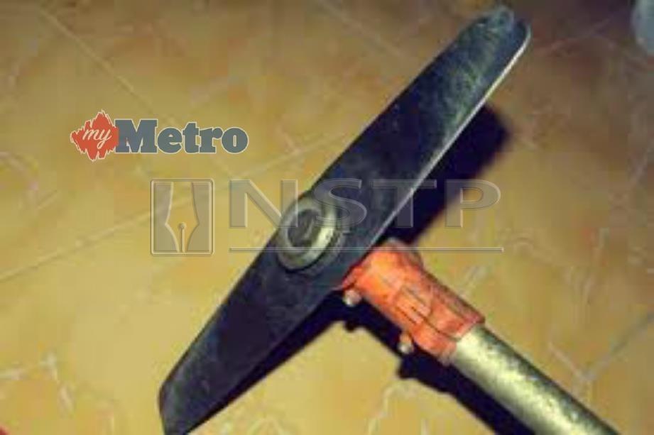 Suspek mengacu pisau mesin pemotong rumput itu di leher mangsa menyebabkan mangsa tidak berani melawan kerana bimbang dicederakan.