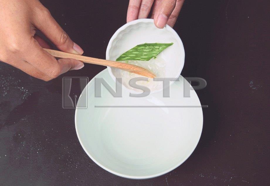 1. MASUKKAN sari daun lidah buaya ke dalam mangkuk bersih.
