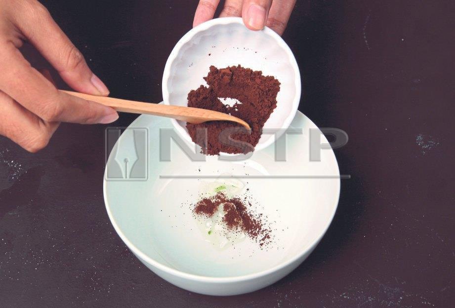 2. SERBUK kopi untuk merawat wajah kusam.