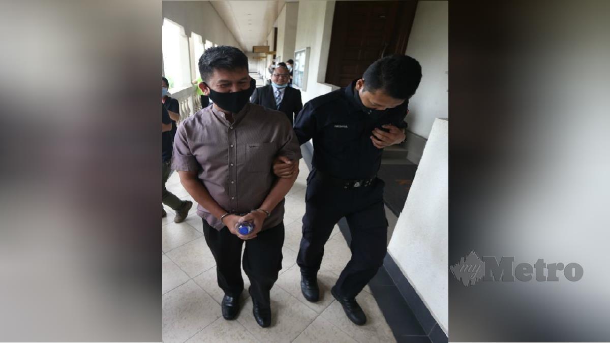 MOHD Azhar Che Mat Dali, dibawa keluar dari mahkamah. FOTO MOHAMAD SHAHRIL BADRI SAALI