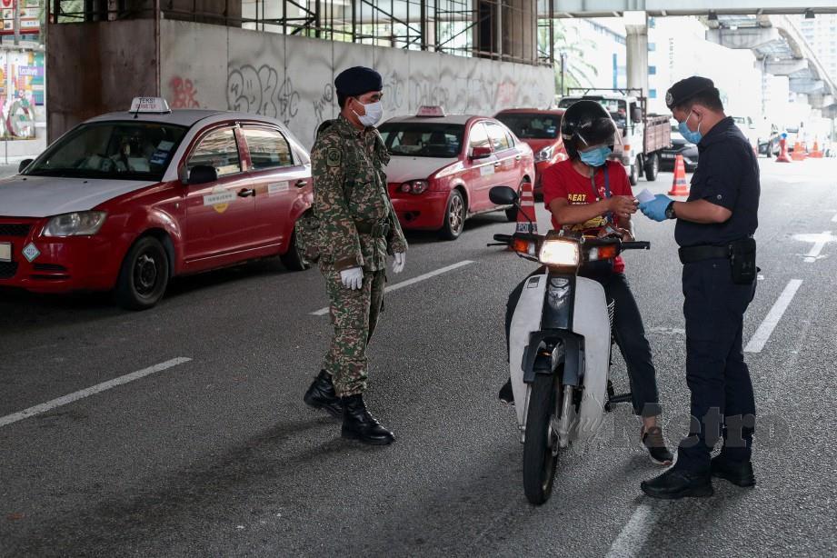 Anggota Polis bersama anggota Tentera memeriksa kenderaan ketika sekatan jalan raya. FOTO NSTP