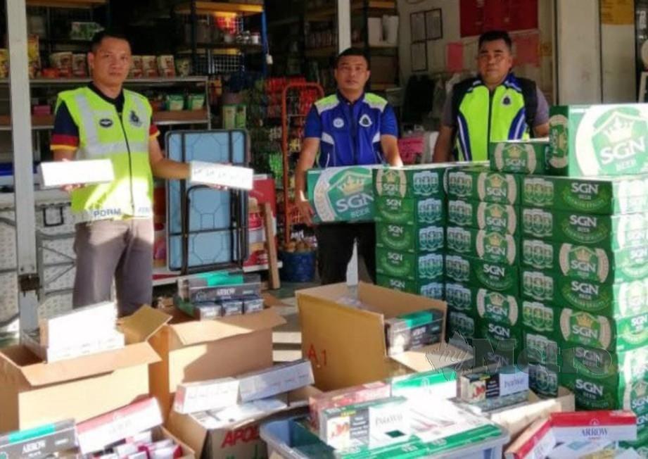 ANTARA rokok dan minuman keras yang dirampas dalam operasi serentak yang dijalankan Polis Marin Wilayah 5 di Sarikei, Sibu dan Miri. FOTO MELVIN JONI