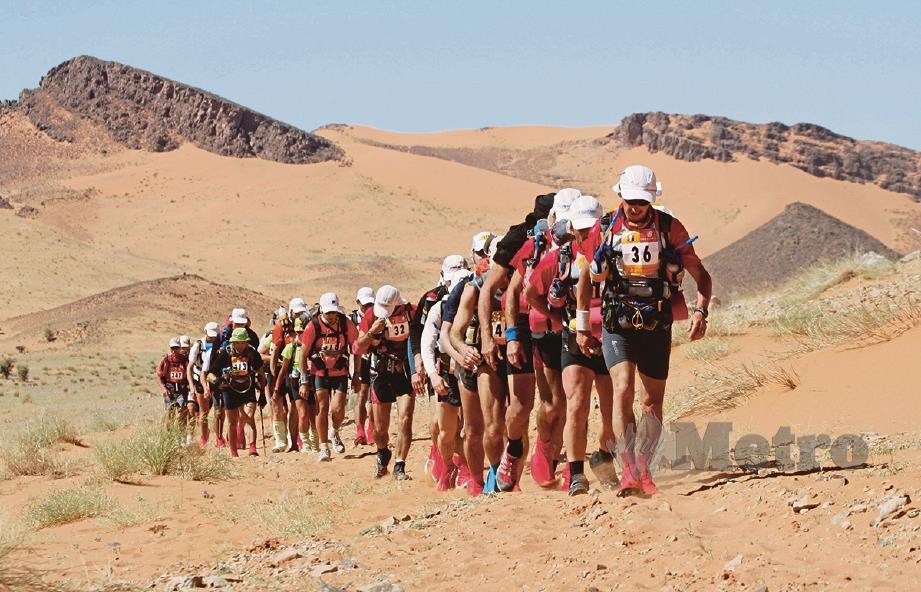 1,000 peserta rentas gurun sejauh 250km dalam 7 hari sambil bawa makanan.