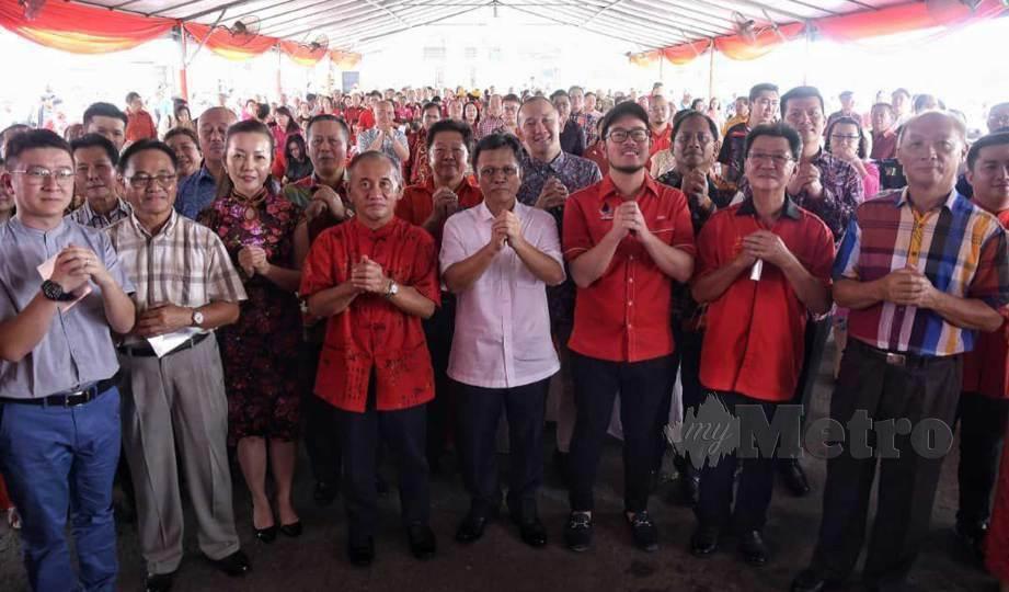 MOHD Shafie (tengah) bersama dengan tetamu yang hadir sempena Majlis Sambutan Tahun Baharu Cina Parti Warisan Sabah (Warisan) Bahagian Putatan di Kota Kinabalu. FOTO Juwan Riduan