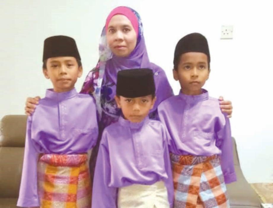 SARWANI bersama tiga anaknya.