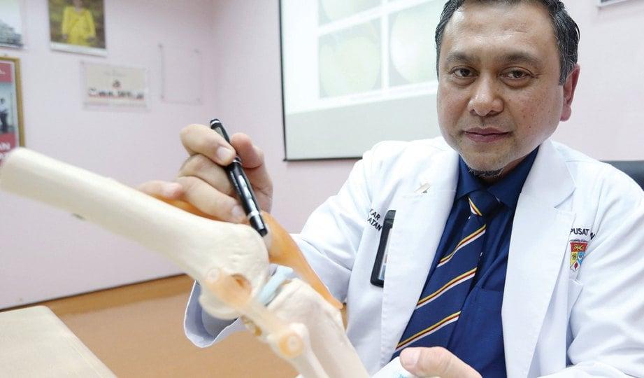 DR Badrul Akmal Hisham menunjukkan replika lutut. FOTO Halimaton Saadiah Sulaiman