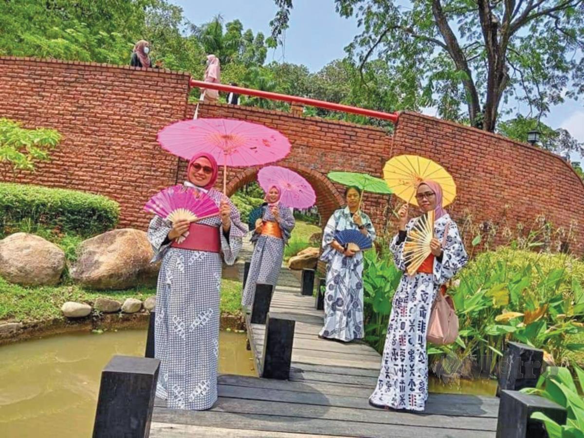 PENGUNJUNG boleh menyewa baju kimono di kios yang disediakan.