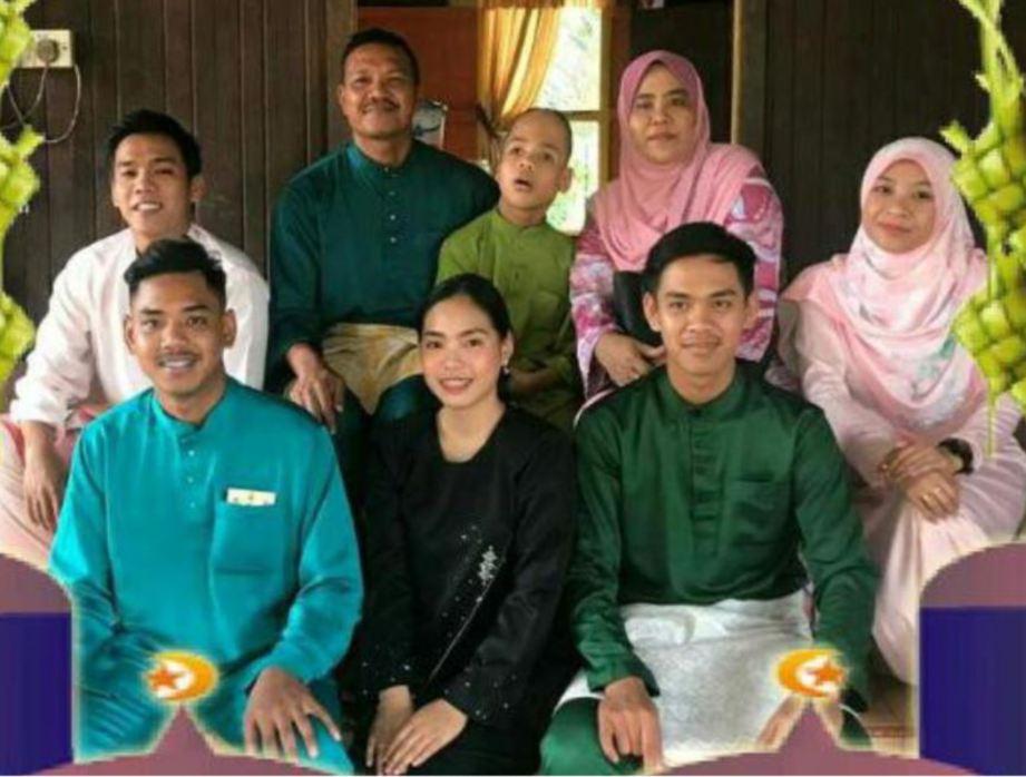 SHAMSURIN (belakang dua dari kiri) bersama keluarga.