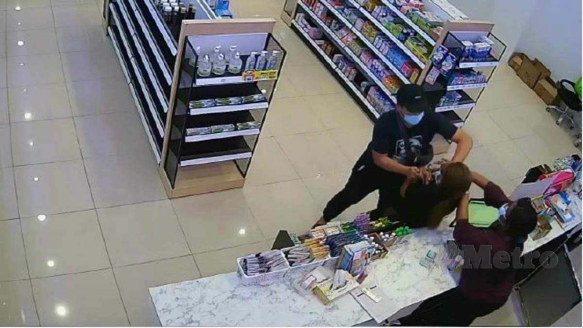 Imej CCTV kejadian samun di sebuah farmasi di Jalan Gombak, Kuala Lumpur pada Sabtu lalu. Foto Ihsan Pembaca