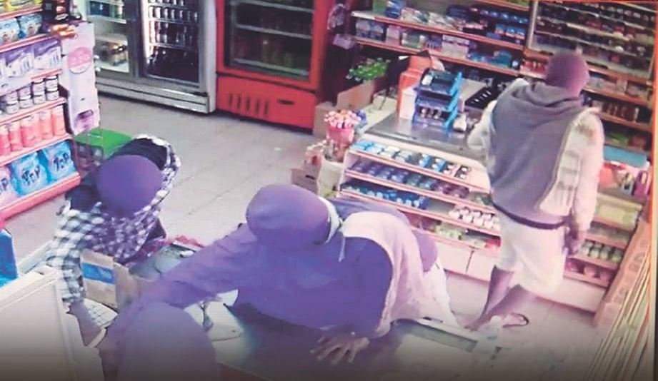 RAKAMAN kamera litar tertutup merakam kegiatan kumpulan penjenayah Geng Mart yang aktif menyamun pasar raya di sekitar Klang.