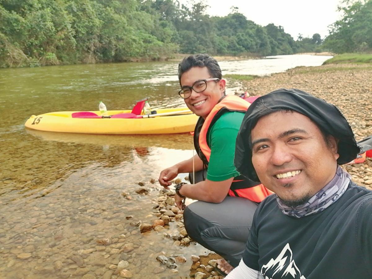 PENULIS (kiri) bersama rakan mengembara ke Little 'Amazon of Terengganu.'