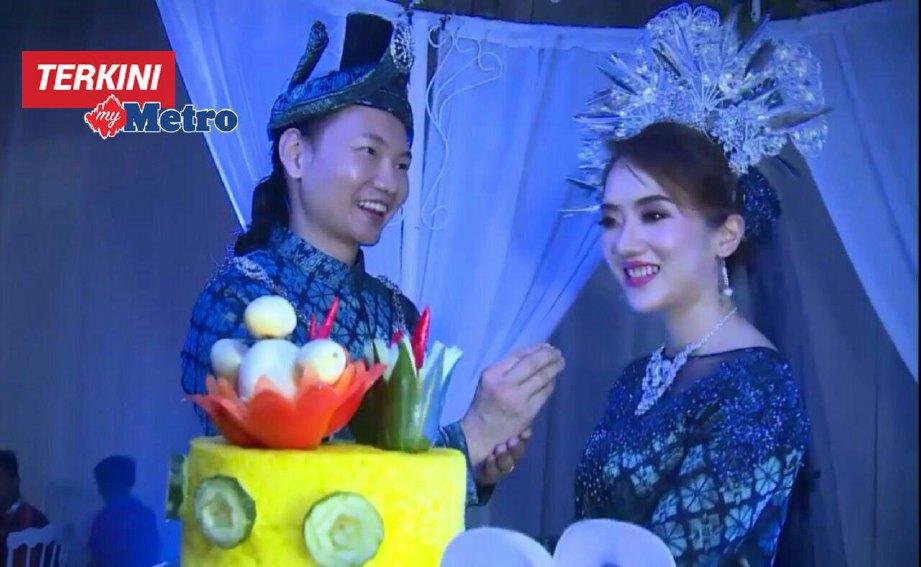 Alvin dan Carolyn ketika majlis resepsi di Seksyen 28, Shah Alam, Sabtu lalu. FOTO ihsan Buletin TV3