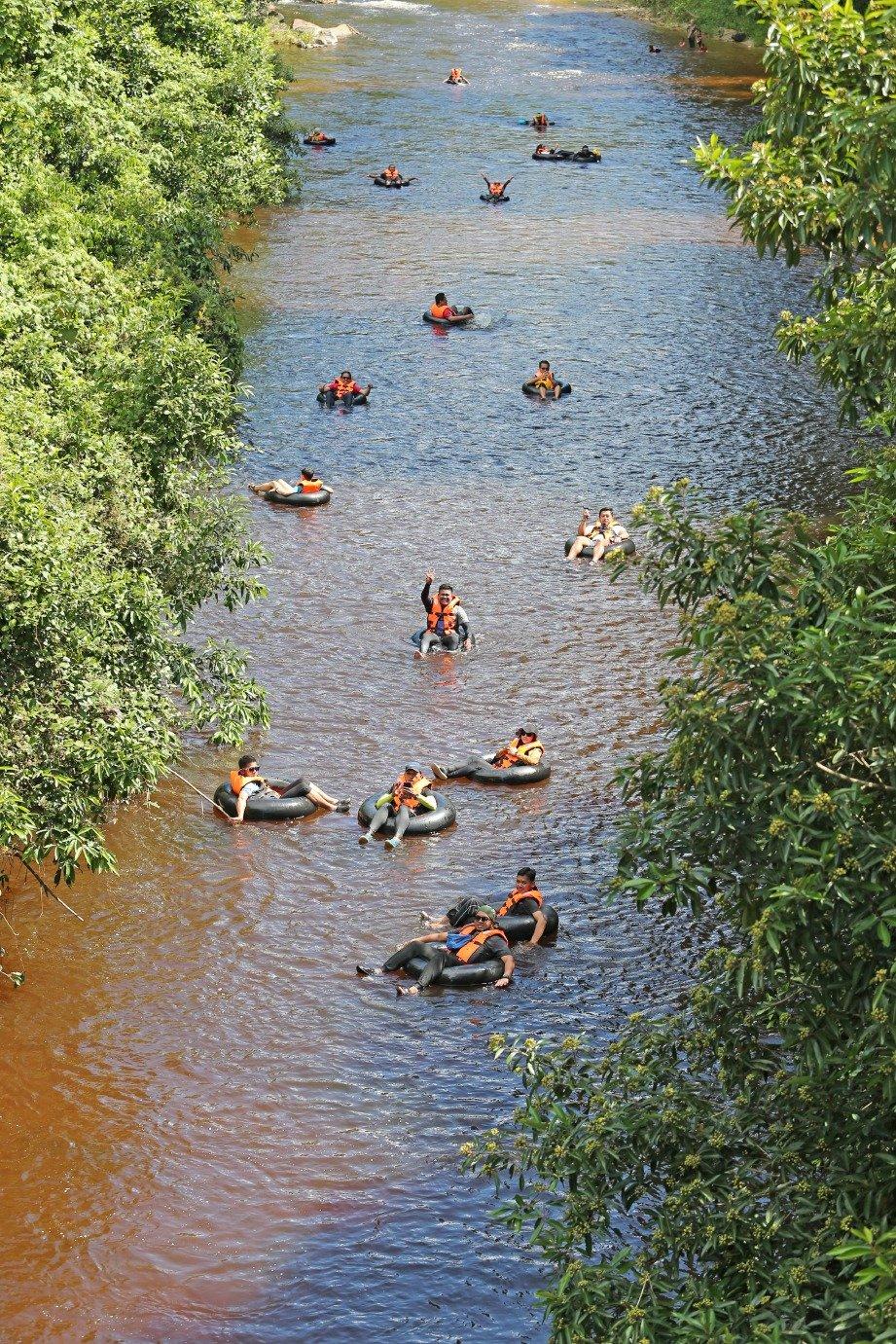 MENELUSURI Sungai Kenderong yang masih cantik di kelilingi kehijauan.