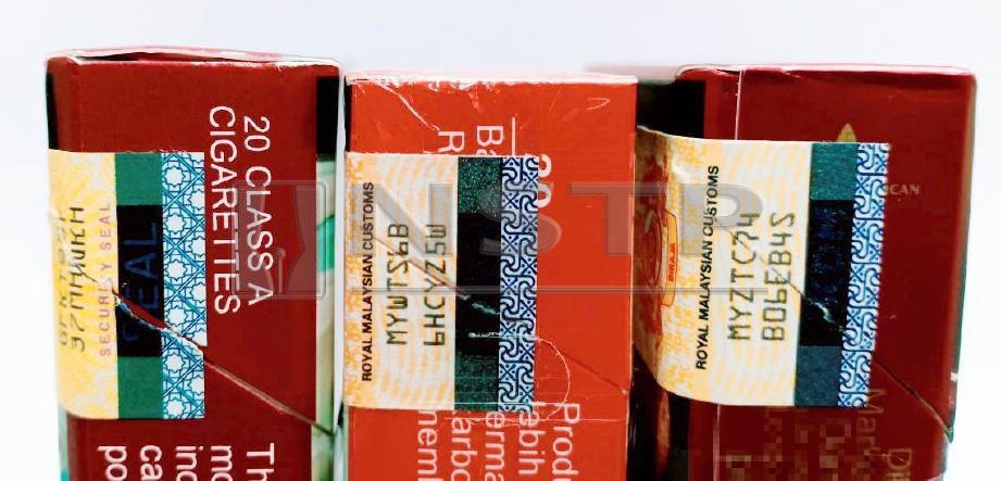 PERBANDINGAN cukai setem rokok tulen (kanan) dan cukai setem palsu (tengah dan kiri).