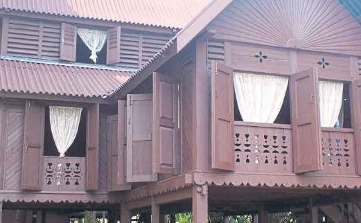 RUMAH Datuk Raja Diwangsa menampilkan seni bina beranjung dengan tebar layar bertingkat tiga.