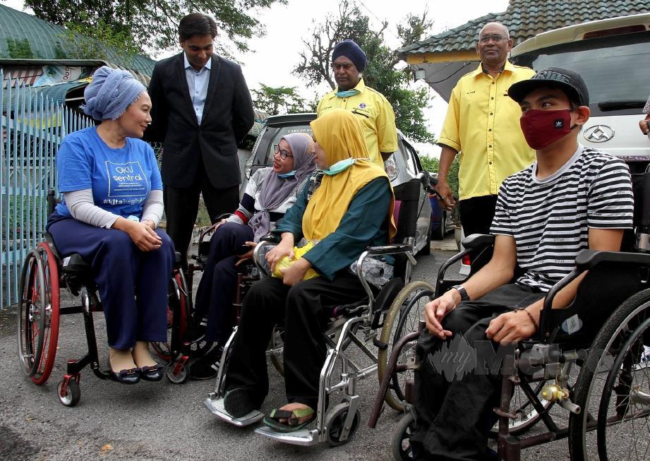 Ras Adiba Radzi (kiri) beramah mesra bersama penerima sumbangan kerusi roda pada majlis penyampaian kerusi roda percuma kepada 51 penerima OKU yang tinggal di sekitar Batu Gajah melalui Yayasan Suara Rakyat Malaysia di Rukun Tetangga, Batu Gajah hari ini. FOTO BERNAMA
