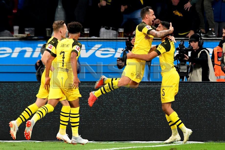 ALCACER (dua dari kanan) meraikan jaringannya bersama rakan sepasukan ketika berdepan Leverkusen. -Foto EPA