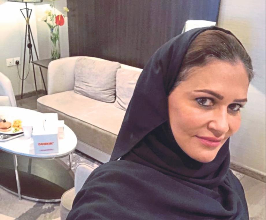 SEORANG wartawan Arab Saudi mengambil swafoto ketika menjalani kuarantin di sebuah hotel mewah di Riyadh.