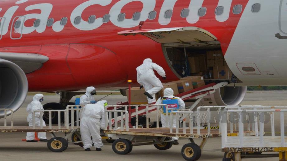 ANGGOTA Hazmat melaksanakan proses nyah kuman ke atas kotak yang sampai. FOTO YUN MIKAIL