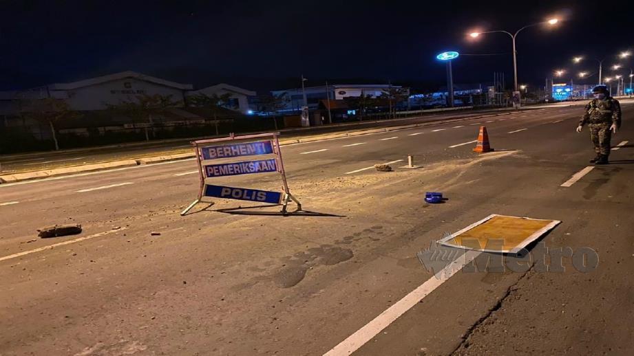 Peralatan papan tanda dan lampu biru rosak selepas dirempuh. FOTO JUWAN RIDUAN