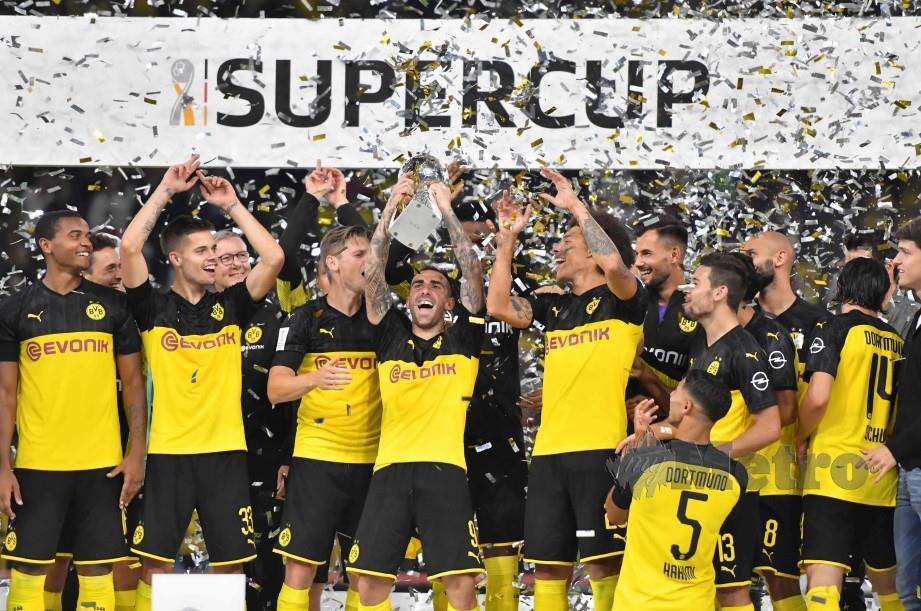 Pemain Dortmund merangkul Piala Super selepas menewaskan Bayern Munich, 2-0. FOTO AFP