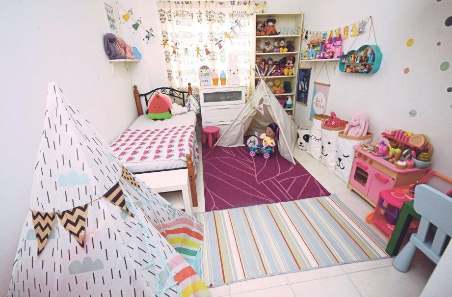 BILIK tidur anak nampak ceria dengan susunan patung berwarna-warni.