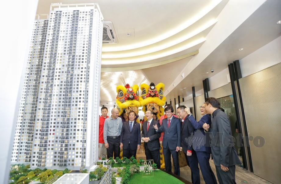 HO (lima dari kanan) ketika majlis pembukaan galeri jualan M Luna, baru-baru ini. FOTO NURUL SYAZANA ROSE RAZMAN