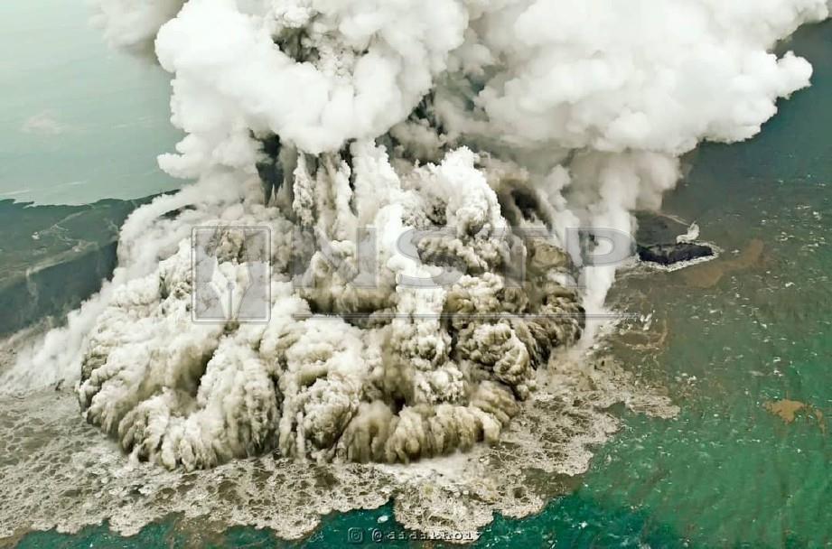ANAK Krakatau meletus kira-kira 24 minit sebelum tsunami melanda. -Foto Reuters