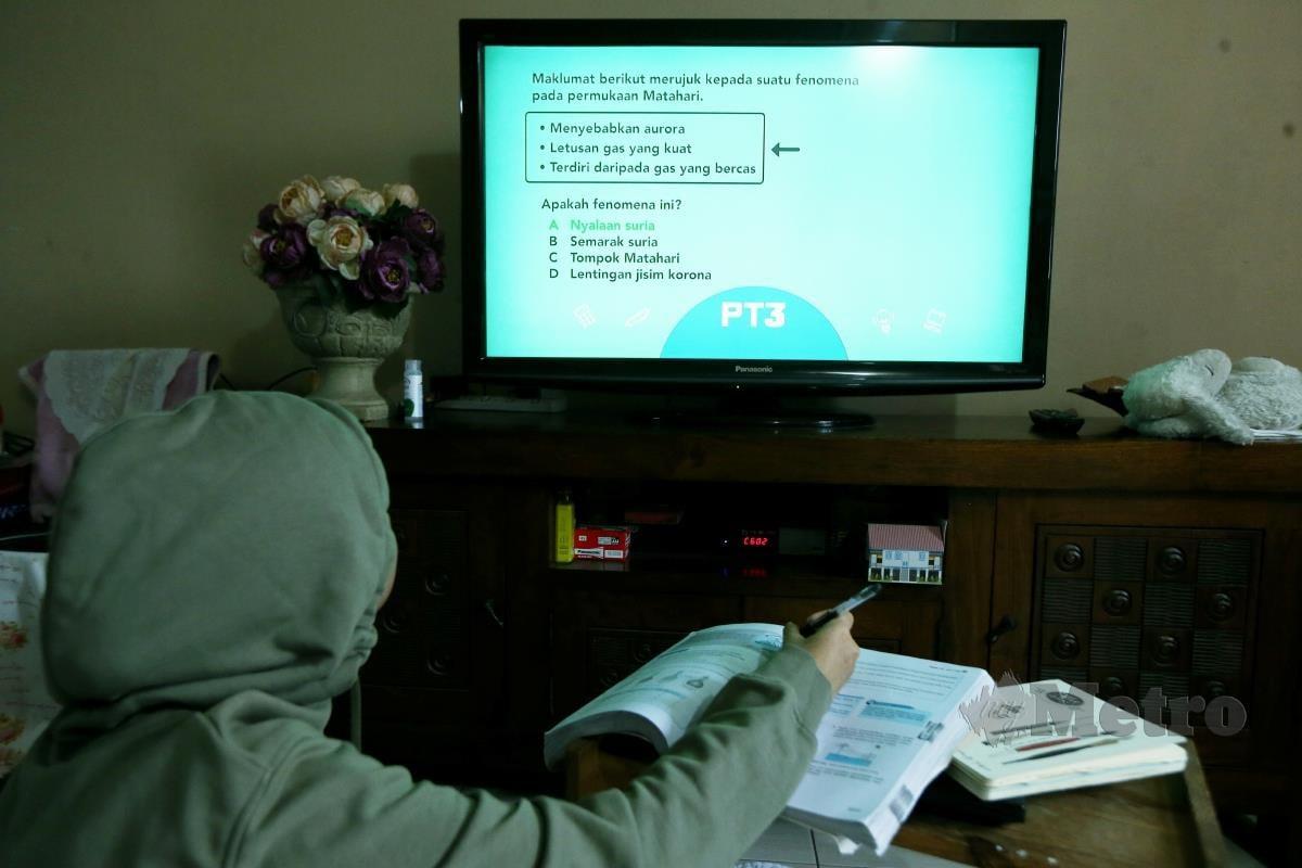 Pelajar, Nur Aisyah menjalani pembelajaran di rumah melalui slot program TV Pendidikan Tutor TV PT3. FOTO/ROHANIS SHUKRI.