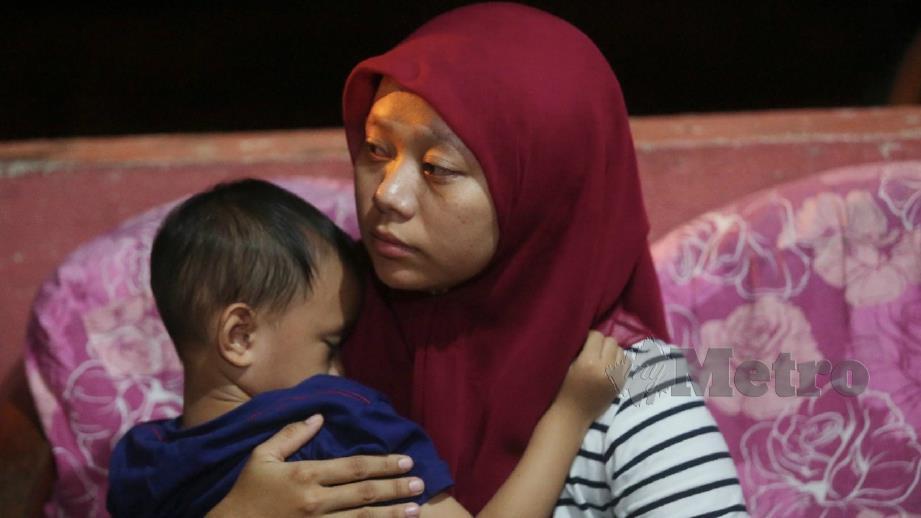 Arfan Rakeen dipeluk ibu saudaranya, Shariena Mohd selepas ibu bapa kanak-kanak itu maut dalam kemalangan hari ini. FOTO Ghazali Kori