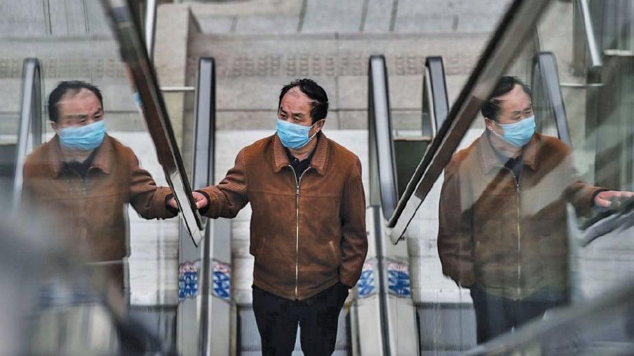 DIGALAKKAN memakai penutup hidung dan mulut jika berada di tempat awam.