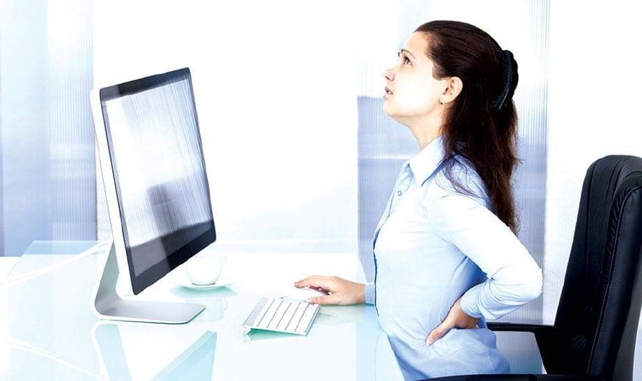 MENGHABISKAN masa lama di depan komputer antara risiko sakit belakang pinggang.