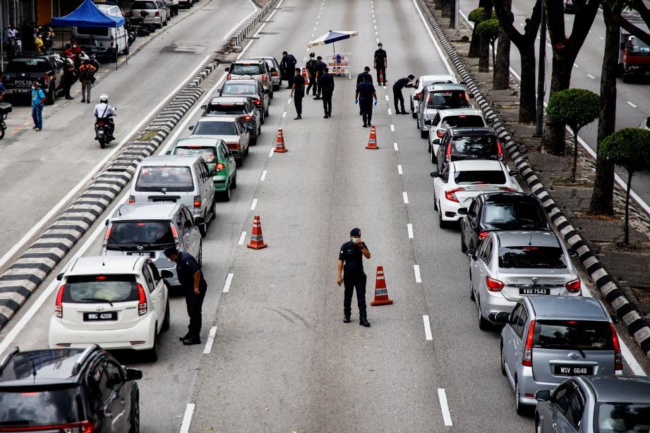 ANGGOTA polis melakukan sekatan jalan raya susulan Perintah Kawalan Pergerakan (PKP) di Jalan Tun H S Lee, semalam. FOTO BERNAMA