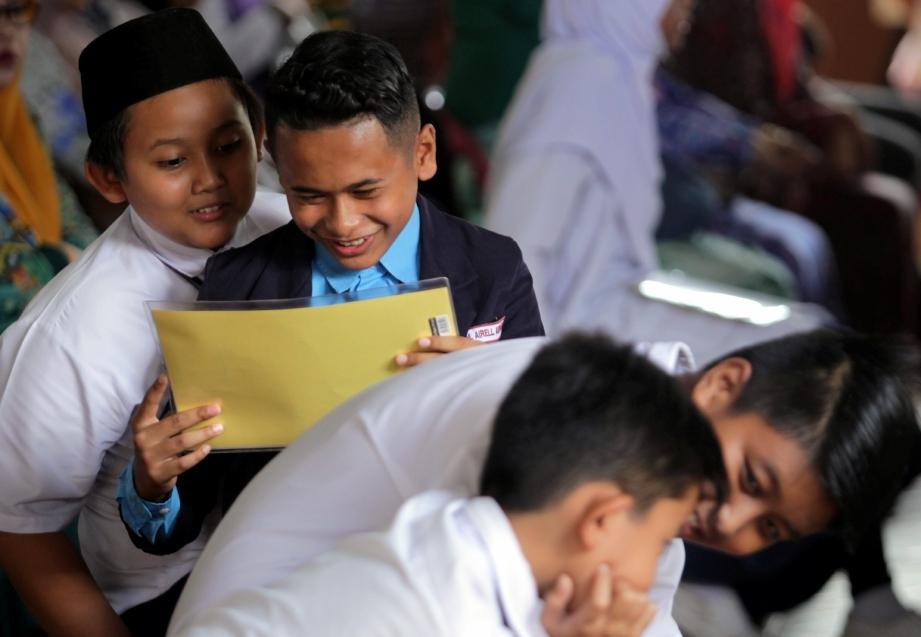 ANTARA sebahagian pelajar tahun 6, Sekolah Kebangsaan Teruntum ketika mengambil keputusan Pelaporan Pentaksiran Sekolah Rendah (PPSR) dan Ujian Penicapaian Sekolah Rendah (UPSR) pada tahun 2018, di SK Teruntum. FOTO/FARIZUL HAFIZ AWANG