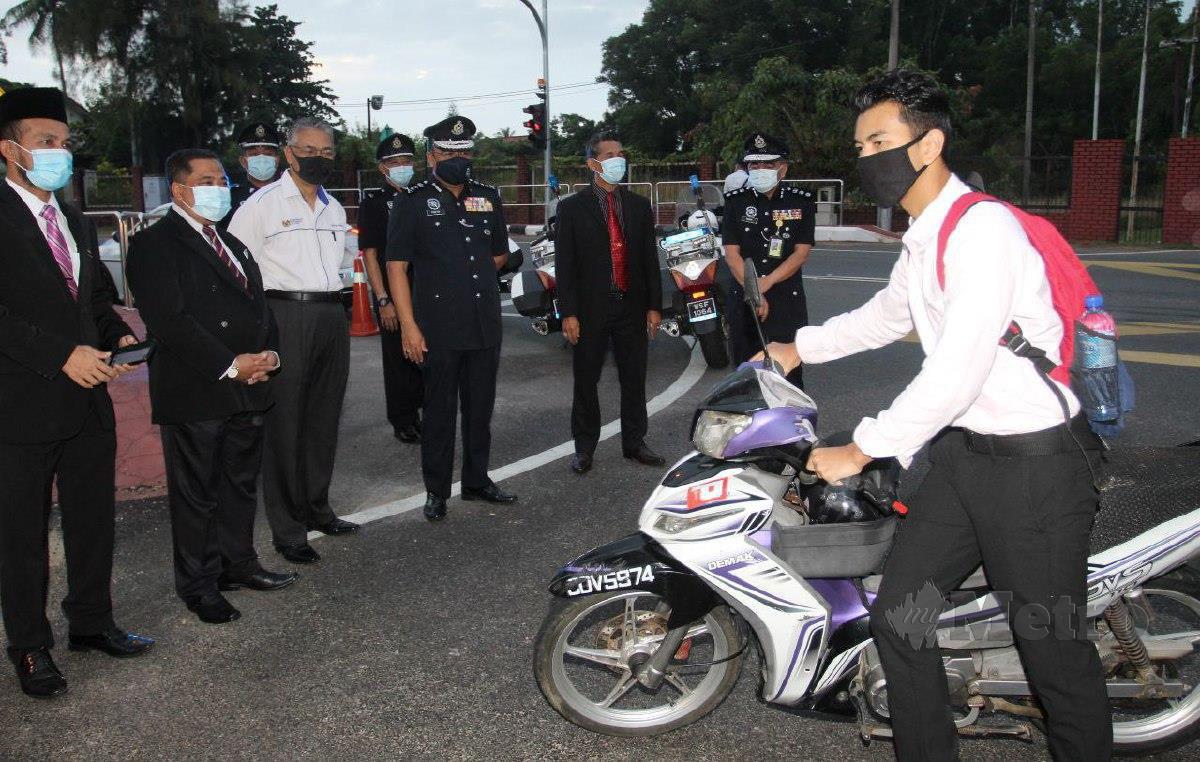KETUA Polis Kelantan Datuk Shafien Mamat (empat dari kiri) melihat kehadiran pelajar sempena program First Day at School di Sekolah Menengah Kebangsaan Pengkalan Chepa di sini hari ini. FOTO NIK ABDULLAH NIK OMAR