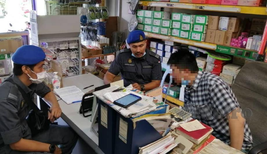ANGGOTA penguat kuasa KPDNHEP Selangor memeriksa kedai runcit dan serbaneka di sekitar Petaling Jaya, semalam. FOTO ihsan KPDNHEP Selangor.