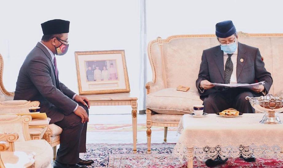 SULTAN Sharafuddin berkenan menerima menghadap dan mendengar taklimat Amirudin (kiri) mengenai projek ECRL yang akan melalui negeri itu. FOTO IHSAN FB SELANGOR ROYAL OFFICE