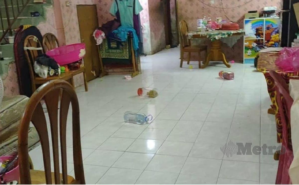 BOTOL dan barang lain berselerak dalam rumah yang menjadi mangsa ketukan misteri di Taman Temerloh Jaya.  FOTO ihsan Syaiful  Afenddi Ismail
