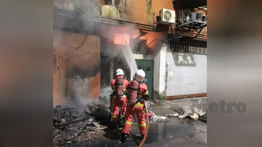 ANGGOTA bomba memadam kebakaran kedai motosikal di Wangsa Maju. FOTO Ihsan Bomba.