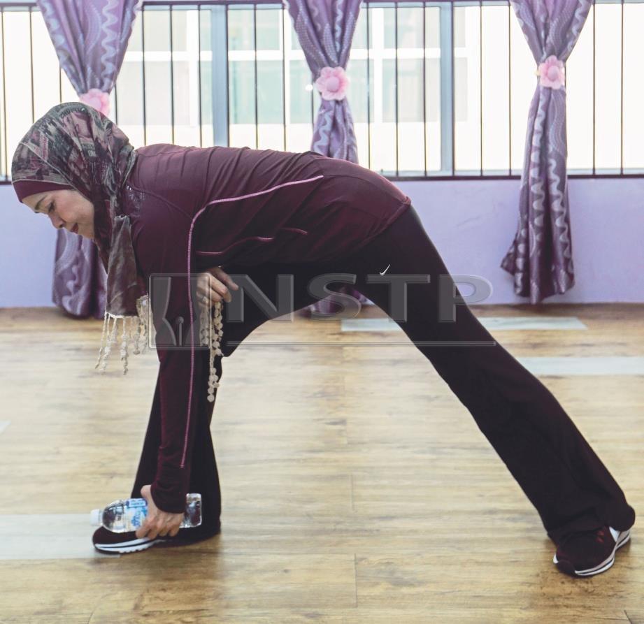 5. TURUNKAN badan sambil tangan mencecah lantai.